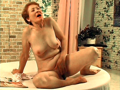 Adeline Lange video: Lange - Masturbating Granny Drilled